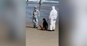 Paplūdimyje – nekasdienis incidentas: sulaikyta koronavirusu serganti moteris (nuotr. stop kadras)