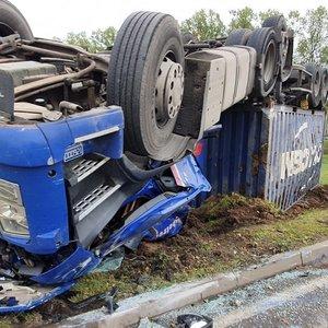 Prie Kauno apvirto vilkikas, vairuotojas skubiai išvežtas į ligoninę
