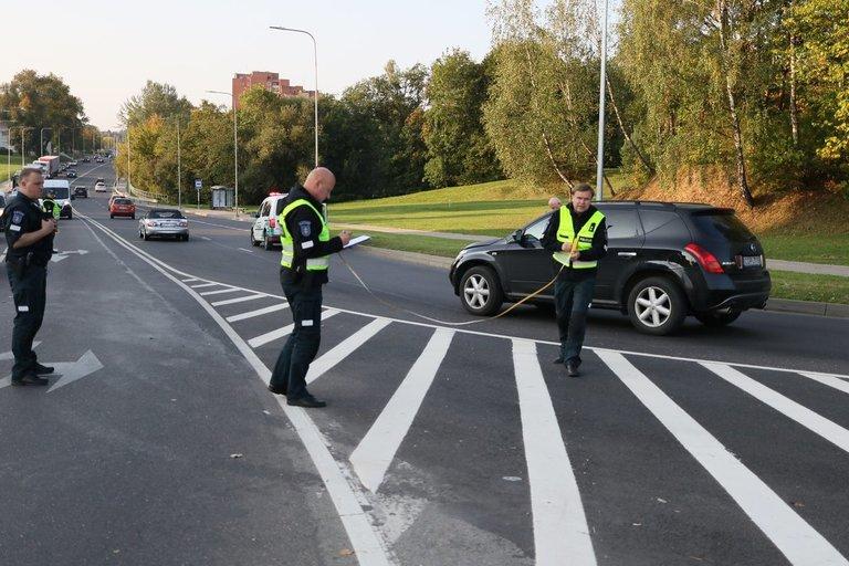 Rytą Vilniuje Jeruzalės gatvėje perėjoje visureigio vairuotojas partrenkė pėsčiąją (nuotr. tv3.lt)