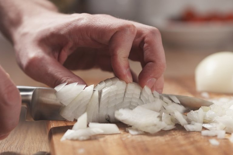 Svogūnų pjaustymas (nuotr. Shutterstock.com)