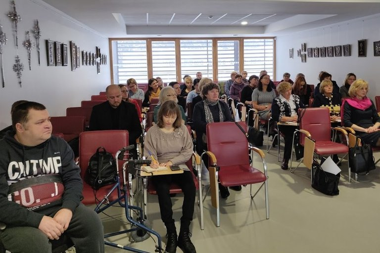 Į seminarą Alytuje susirinko gausi auditorija. (Lietuvos žmonių su negalia sąjungos archyvo nuotr.)
