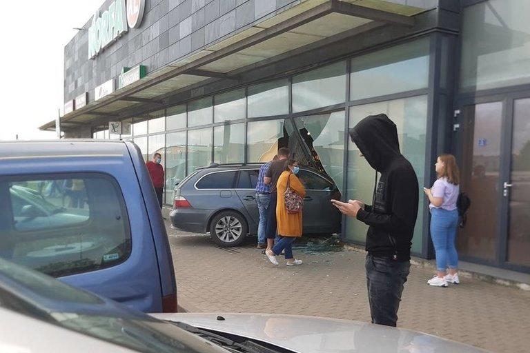 Pasvalyje BMW įskriejo į prekybos centro alkoholio skyrių (nuotr. facebook.com)