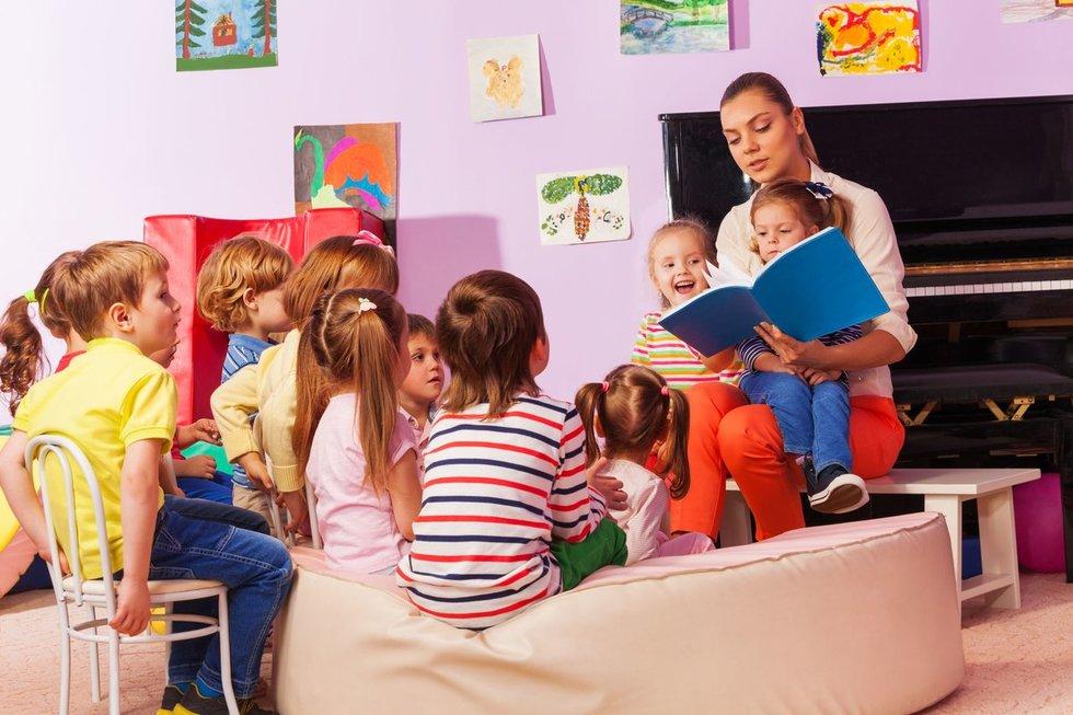 Auklėtoja su vaikais