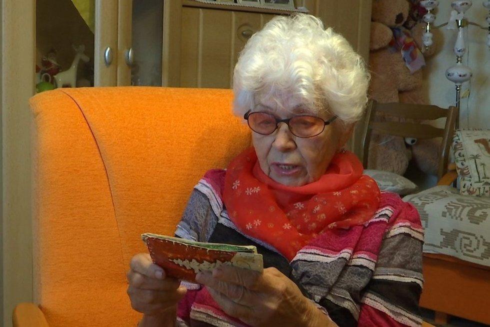 Neeilinė istorija:prieš pusšimtį metų rašytus atvirlaiškius senjorė kėdainietė gavo tik dabar (nuotr. stop kadras)