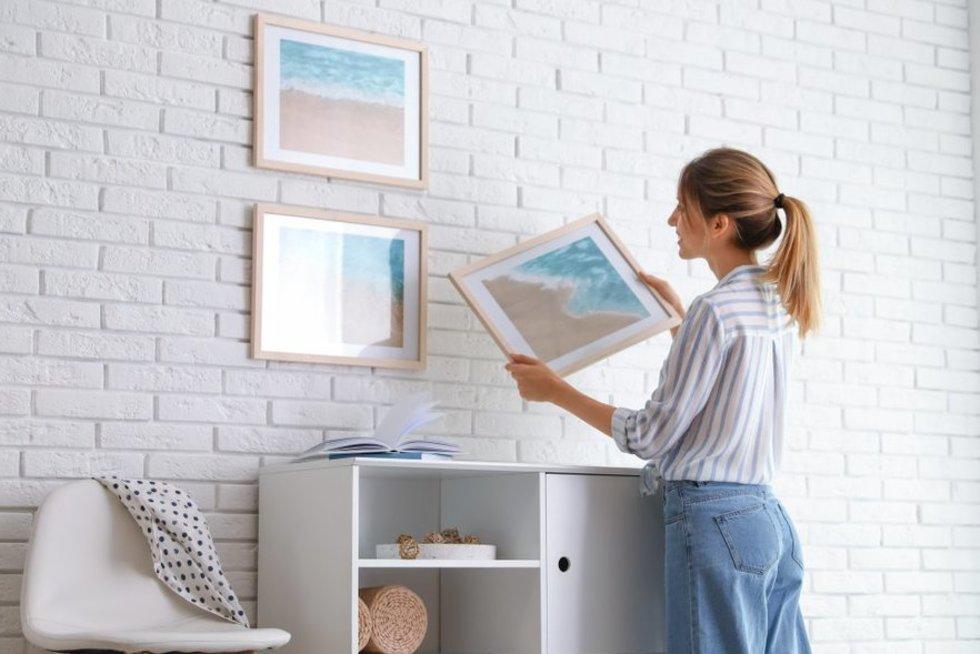 Nuotraukų kabinimas (nuotr. Shutterstock.com)