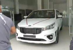 Skaudi akimirka: vos iš naujo salono automobilį išsivaręs vyras sulaukė smūgio iš likimo