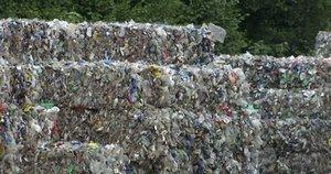 Kaunui gresia paskęsti šiukšlėse ir smarvėje: susikaupė tūkstančiai tonų šiukšlių (nuotr. stop kadras)