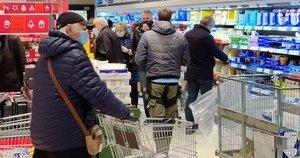 Karantinas – nė motais: parduotuvę užplūdo pirkėjai, reikėjo kviesti policiją Nuotr. Kas vyksta Kaune/ skaitytojo inf.