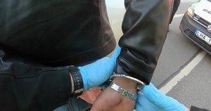 Pakruojo rajone sulaikytas neblaivus vyras, turėjęs narkotikų, nelegalų ginklą