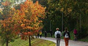 Šiltas sekmadienis Vilniuje iškvietė žmones išeiti pasivaikščioti (nuotr. Fotodiena.lt)
