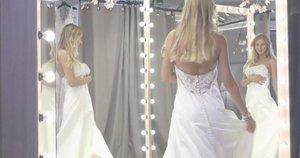 Parodė efektyvų būdą, kaip atlikti tualeto reikalus vilkint ilgą šventinę suknelę