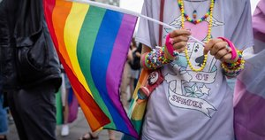 "Lenkijoje du asmenys kaltinami ""išniekinę statulas"" LGBT vėliavomis (nuotr. SCANPIX)"