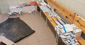 Pasieniečiai Nemune, ties Pagėgiais, aptiko dėžes su vaistais ir jų pakuotėmis (nuotr. VSAT)
