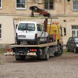 Sostinės savivaldybei trūko kantrybė dėl nepajudinamų mašinų: laukia išvežimas ir baudos
