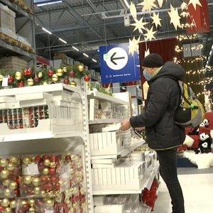 Nepaisant baimės užsikrėsti lietuviai jau veržiasi į parduotuves dovanų