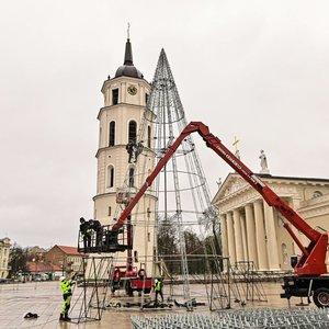 Kalėdos artėja – Katedros aikštėje pradėta montuoti eglė