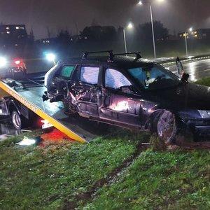Įtariama, apsvaigęs SAAB vairuotojas Vilniuje aplinkkelyje išvartė stulpus