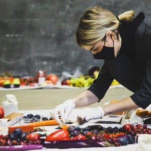 Vaitkutė sukūrė instaliaciją iš 60 kilogramų maisto: tiek vidutiniškai išmeta lietuviai