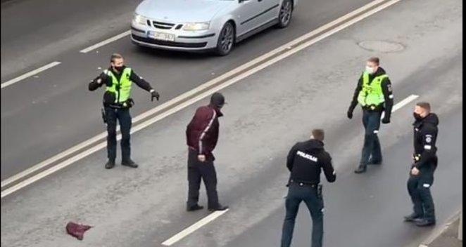 Keturi pareigūnai Kaune gatvėje bando nuginkluoti agresyvų vyrą
