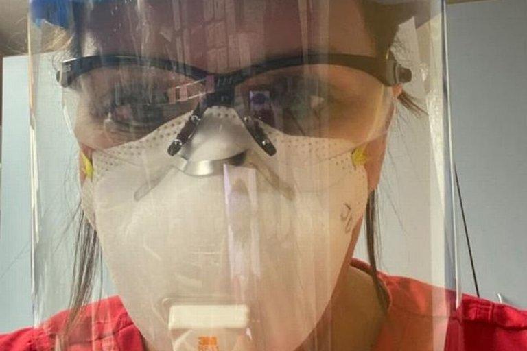 Slaugytoja papasakojo, kad yra nuo COVID–19 mirštančių žmonių, kurie vis tiek tikina, kad viruso nėra (nuotr. Twitter)