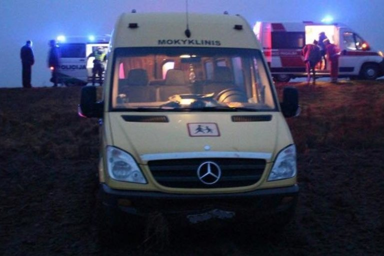 Mokyklinio autobuso avarija Skuodo rajone: vaikai skubiai išvežti į ligoninę (nuotr. Policijos)