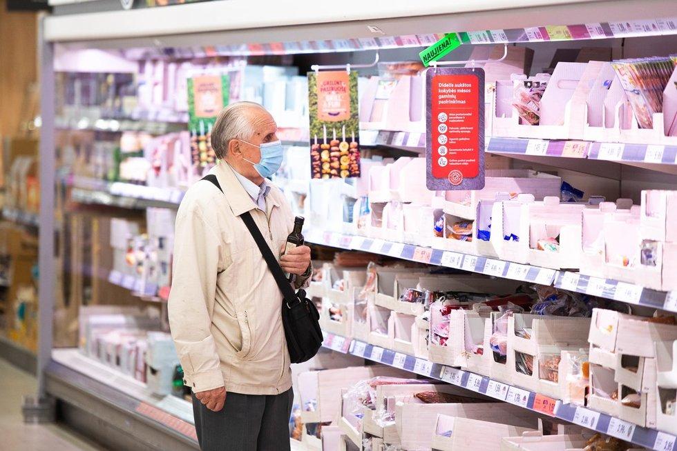 Parduotuvėježmonės pasakojo, kaip vertina privalomas veido kaukes.