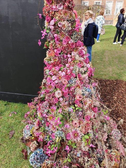 K.Rimienė savo floristinio dizaino darbe gėles apjungė su kinetine jėga