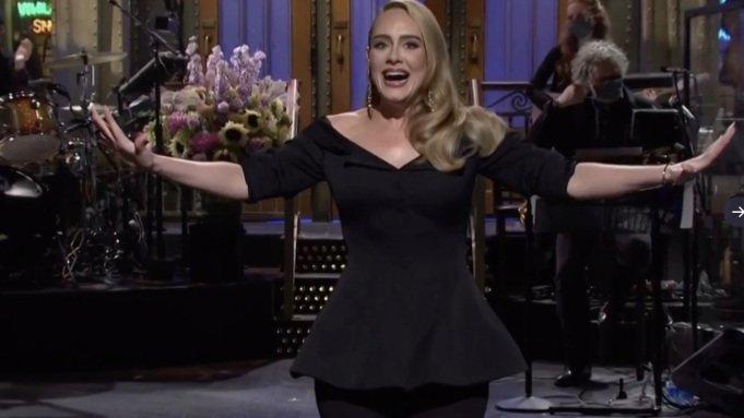 Adele triumfuodama grįžo į eterį vesti JAV šeštadienio vakaro TV laidos