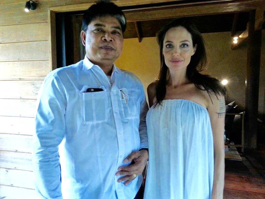 Angelina Jolie ir Ajarn Noo Kanpai (nuotr. Vida Press)