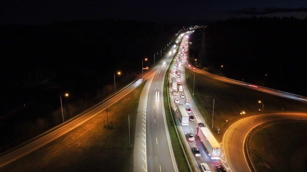 Avarija Kaune: vienas automobilis rėžėsi į atitvarus, kitas vertėsi ant stogo
