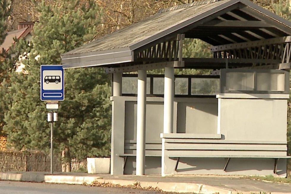 Miestelio gyventojai liko atkirsti nuo susisiekimo: autobuso į Šiaulius laukia ištisas valandas (nuotr. stop kadras)