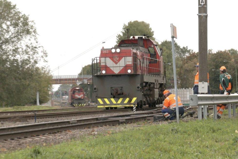 Išskirtinis reidas Klaipėdoje: gaudė neleistinose vietose kertančius kelią per geležinkelio bėgius (nuotr. stop kadras)