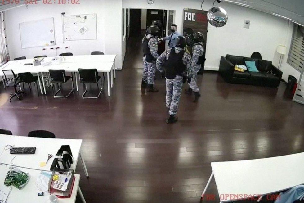 Rusijoje pareigūnai be jokių dokumentų įsiveržė į Navalno biurus ir konfiskavo turtą (nuotr. stop kadras)