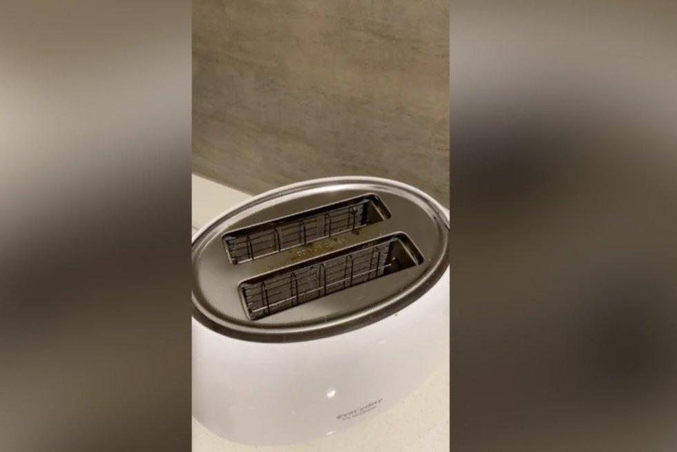 Parodė gudrybę, kaip akimirksniu išvalyti skrudintuvę: daugelis to nežinojo (nuotr. stop kadras)
