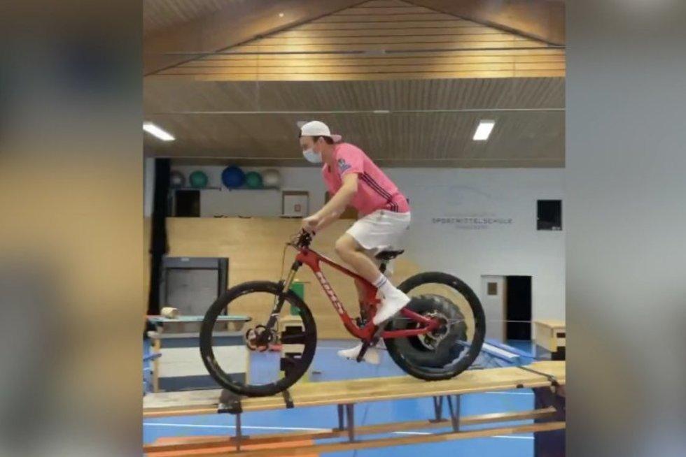 Olimpiečio triukai privers išsižioti: įveikė neįtikėtinai sudėtingą kliūčių ruožą
