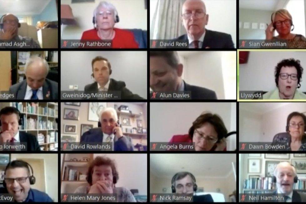 Velso ministras prisivirė košės: konferenciniame pokalbyje iškeikė kolegą