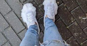 Batų valymo gudrybė baigėsi liūdnai: vaikino batai einant gatve per lietų nuo muilo ėmė putoti (nuotr. facebook.com)
