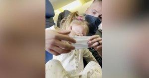 Avialinijų akibrokštas: šeimą išprašė iš lėktuvo, nes dvimetė mergaitė spyriojosi ir nedėvėjo kaukės (nuotr. stop kadras)