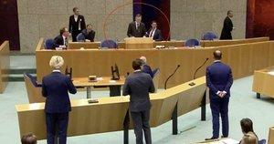 Kovoje su koronavirusu išseko Nyderlandų ministro jėgos: susmuko parlamentarų akivaizdoje (nuotr. stop kadras)