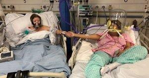 Dukra pasidalino širdį veriančia paskutine nuotrauka, kurioje laiko mirštančios mamos ranką. (nuotr. facebook.com)
