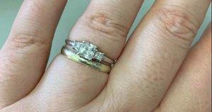 Moteris feisbuke pasidalijo savo sužadėtuvių žiedo nuotrauka  (nuotr. facebook.com)