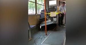 Vilniuje padangos sprogimas suniokojo troleibusą: sėdynės šovė iki lubų (nuotr. skaitytojo)