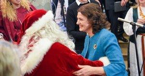 Nausėdienė neatsispyrė šokiui su Kalėdų Seneliu