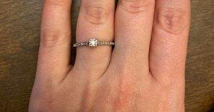 Moteris internete buvo išjuokta dėl savo sužadėtuvių žiedo (nuotr. facebook.com)