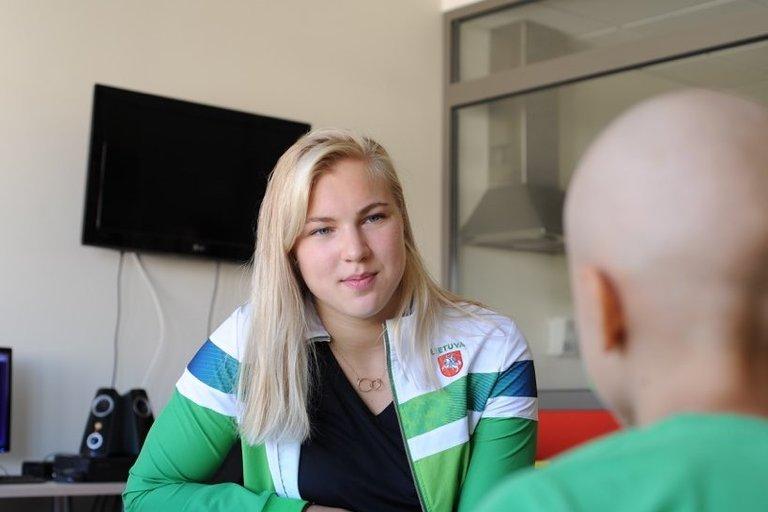 Rūta Meilutytė aplankė Kauno klinikose besigydančius vaikus