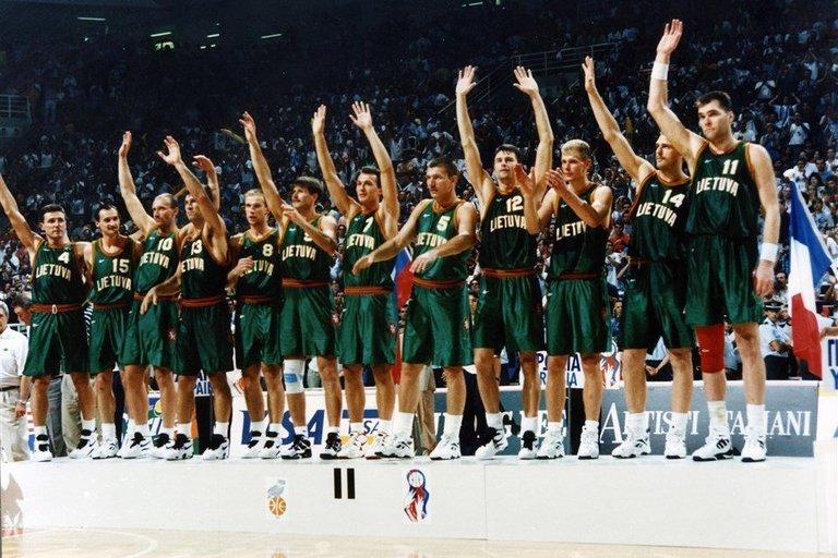 Lietuvos rinktinei buvo įteikti sidabro medaliai. (nuotr. FIBA)