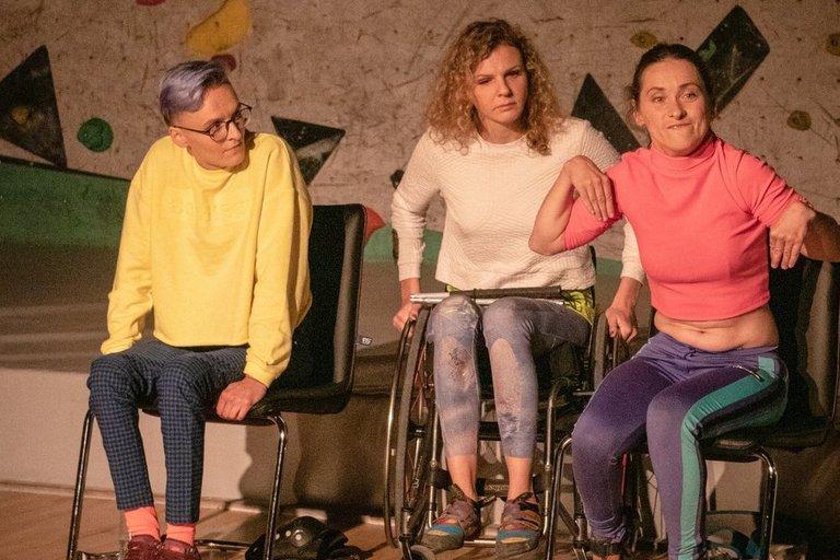 """""""Pojūčių teatro"""" spektaklyje """"Supergalios"""" vaidina Aistė Krušinskaitė, Irma Jokštytė ir Ernesta. Karolinos Žernytės asmeninio archyvo nuotr."""