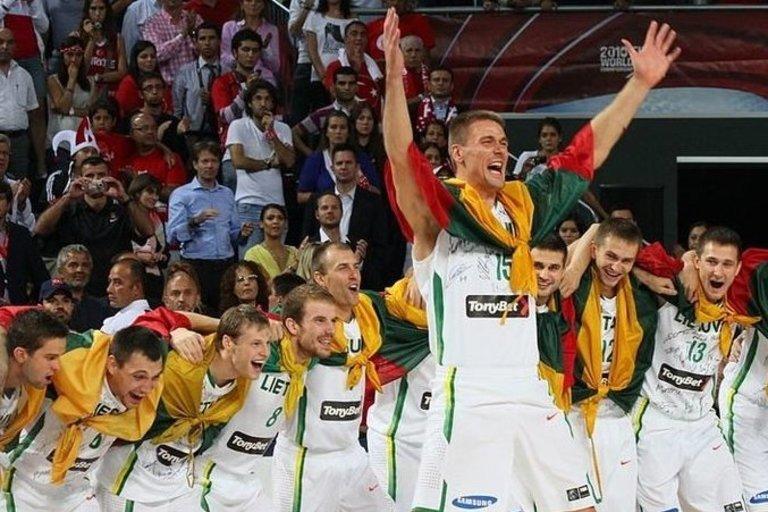 Lietuvos rinktinė džiaugėsi bronzos medaliais. (nuotr. FIBA)