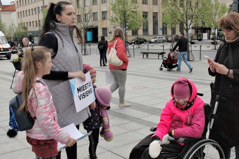 Eitynėse už neįgaliųjų teises dalyvavo ir Henrika Varnienė su dukra (dešinėje). Linos Jakubauskienės nuotr.