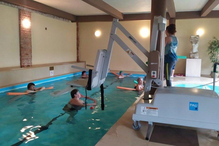 Panevėžio krašto žmonių su negalia sąjungos projekto tikslas – suteikti neįgaliems asmenims galimybę naudotis baseinu, sportuoti, išmokti plaukti, prasimankštinti vandenyje. Panevėžio krašto žmonių su negalia sąjungos archyvo nuotr.